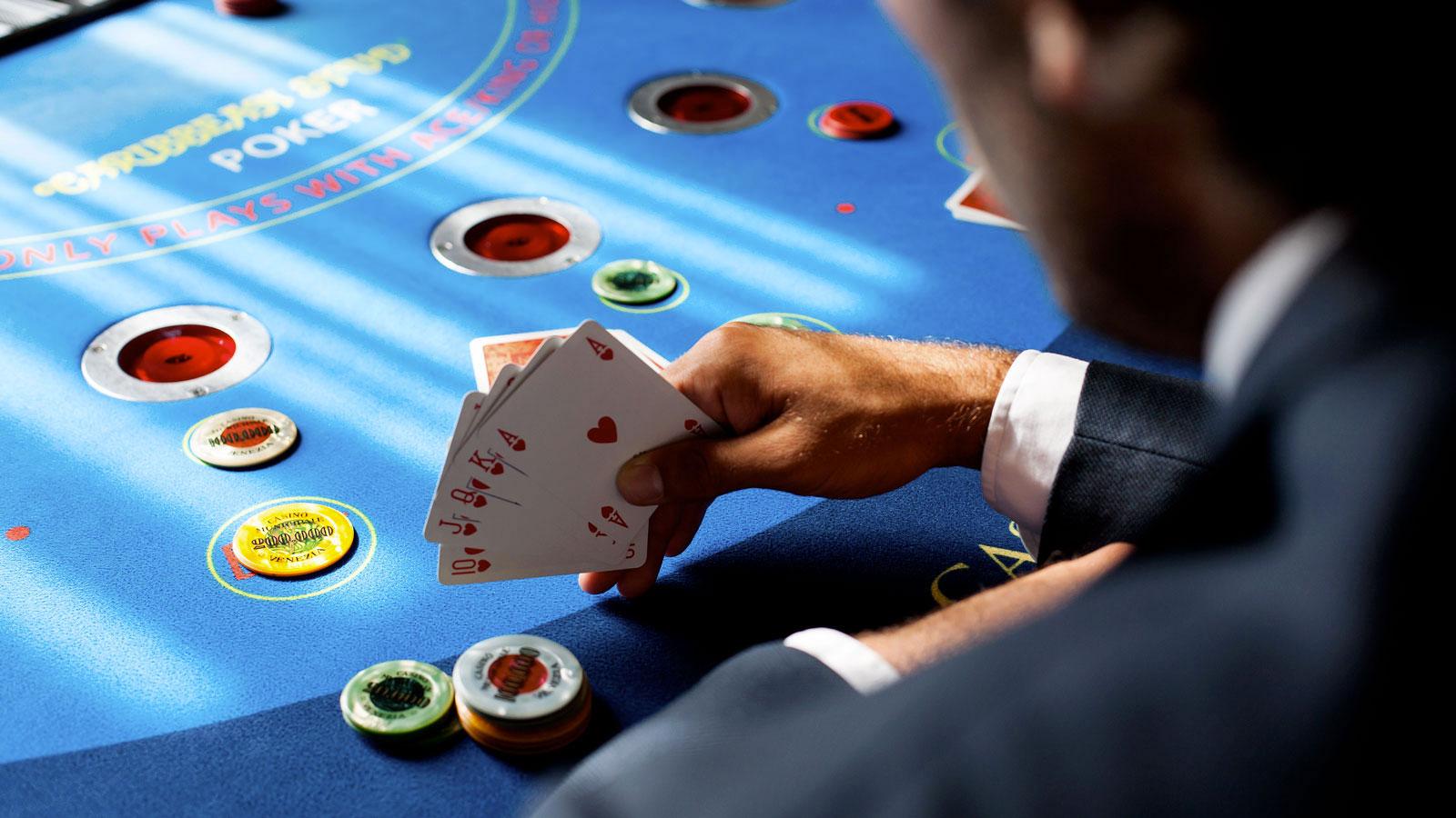 Online Poker versus Offline Poker